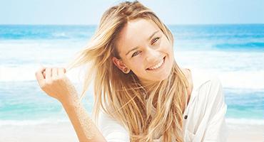 Soleil et mer : donnez un coup de pouce à vos cheveux !