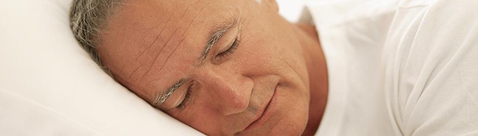 Homme senior qui dort